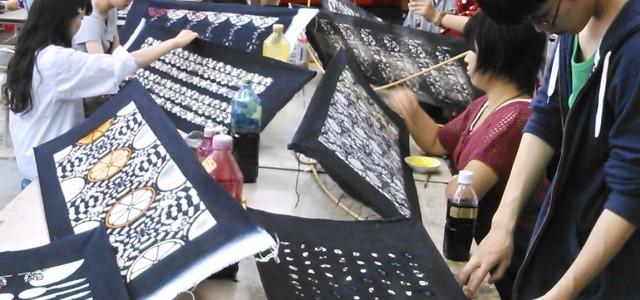 北日本唯一の大型施設と設備を活用し、様々な技法を駆使した染色作品制作やデザインに携わります。 自分の手で染めた布を利用し、衣服やぬいぐるみなどをデザインしませんか? 詳しくは、下図をクリックしてご覧ください。  ↓